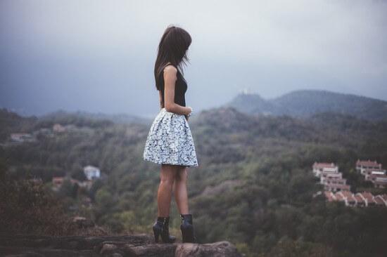 dziewczyna we wzorzystej spódnicy