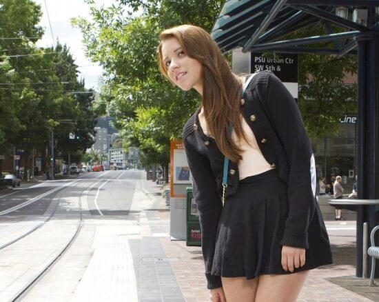 dziewczyna stojąca na przystanku