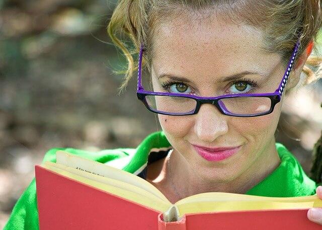 kobieta w okularach z książką