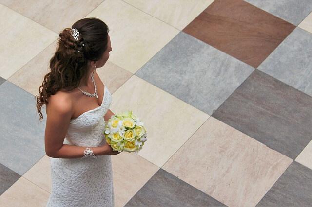 Kobieta w biełej sukni ślubenj z bukietem