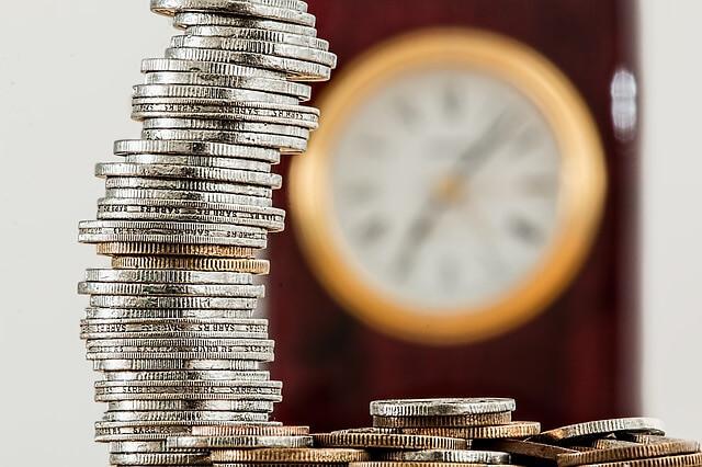 wieża ułożona z monet