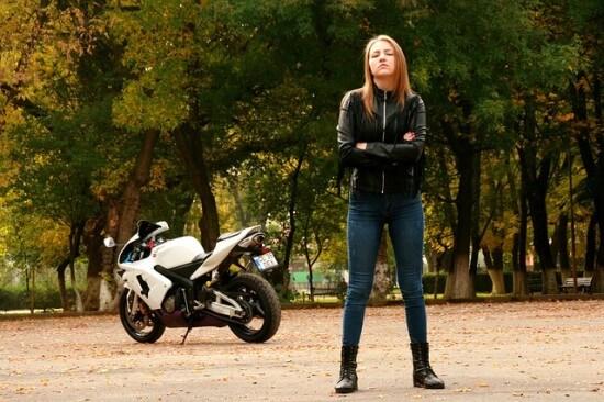 dziewczyna na motorze