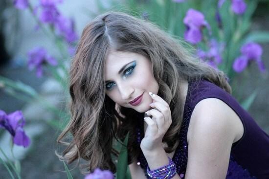 dziewczyna ubrana na fioletowo