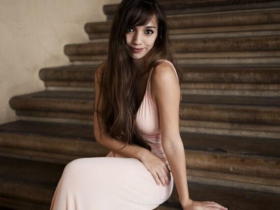 dziewczyna w różowej sukience na schodach