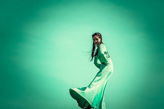 dziewczyna w zielonej sukience