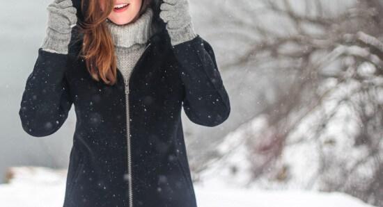 Kobieta na tle zimowego krajobrazu