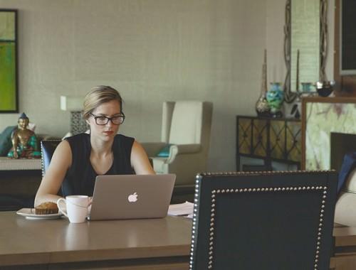 Kobieta w sukience w pracy