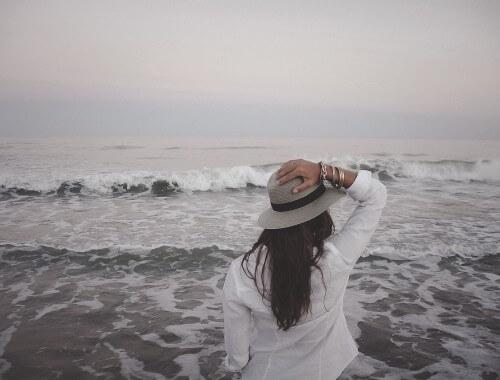 Dziewczyna ubrana w stylu nautical