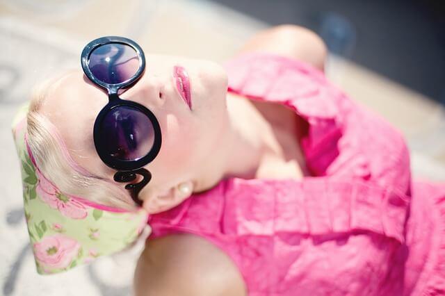blondynka w okularach przeciwsłonecznych