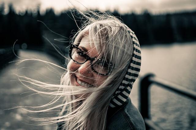 dziewczyna w kapturze i okularach
