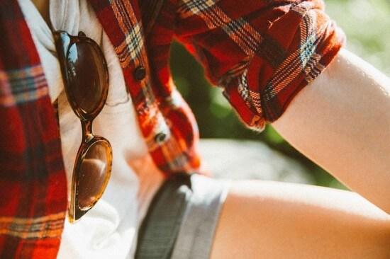 dziewczyna w koszuli w kratkę