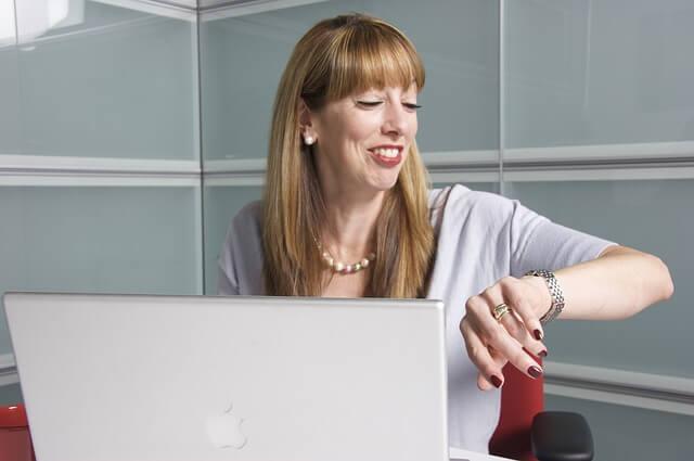 pracownica przed komputerem