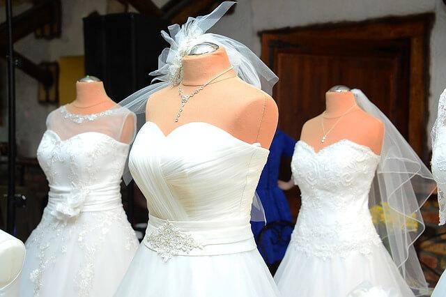 Białe suknie ślubne na manekinach