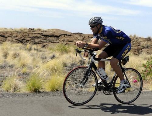 mężczyzna jadący na rowerze
