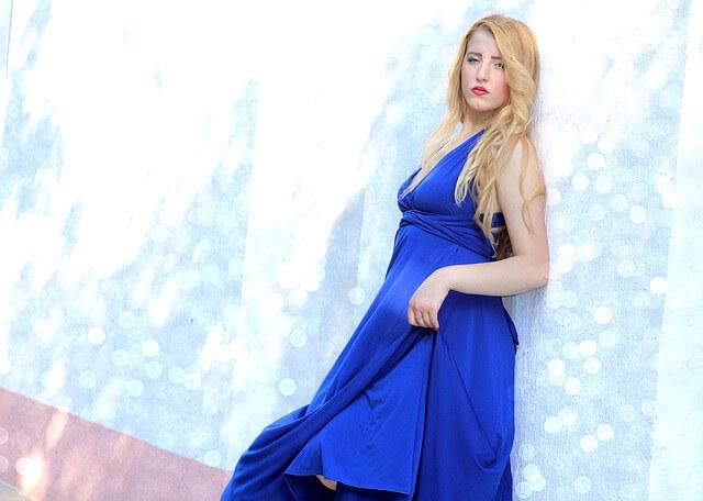 blondynka w niebieskiej sukni