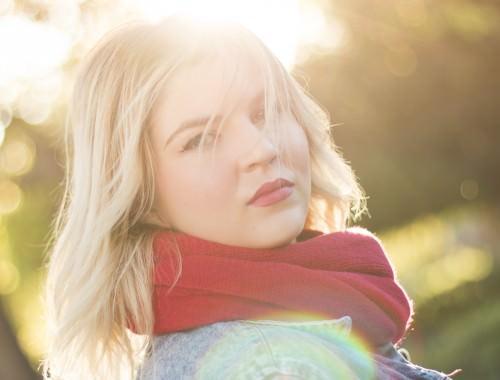 Kobieta w czerwonym szaliku