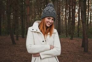 dziewczyna w kurtce w lesie