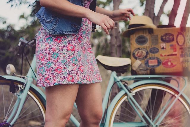 Dziewczyna stoi przy rowerze