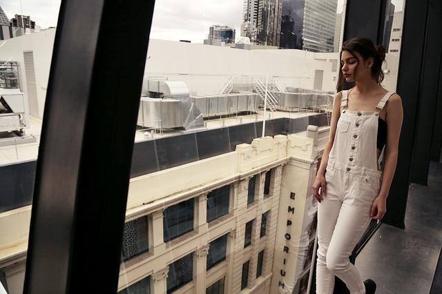 Dziewczyna w białym modnym kombinezonie