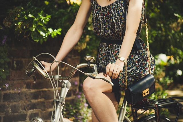 Kobieta jedzie na rowerze