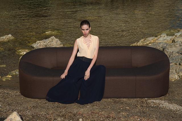 Kobieta siedzi na kanapie