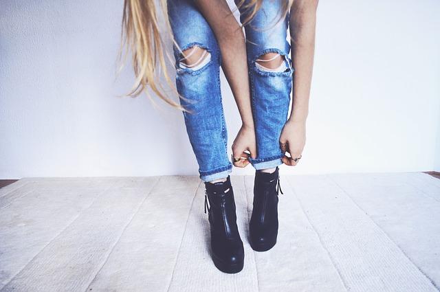 Długie podwijane spodnie z dziurami czarne buty na koturnie