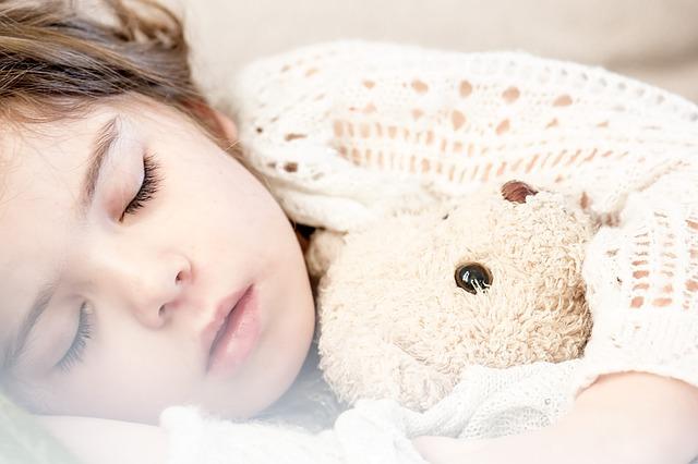 Dziecko śpiące z misiem