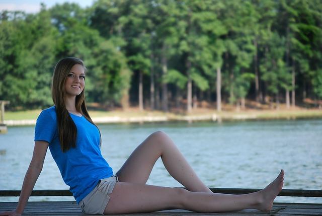 Dziewczyna w T-shircie nad jeziorem