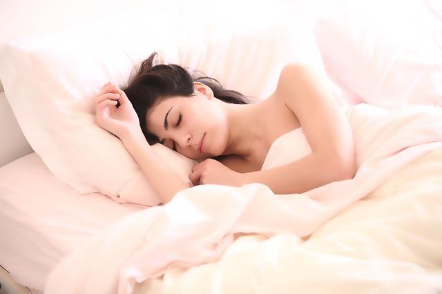 Kobieta śpiąca w lóżku
