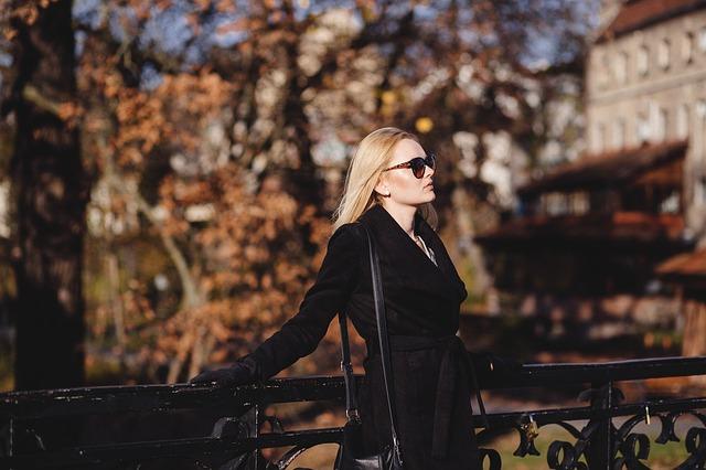 Kobieta w czarnym płaszczu
