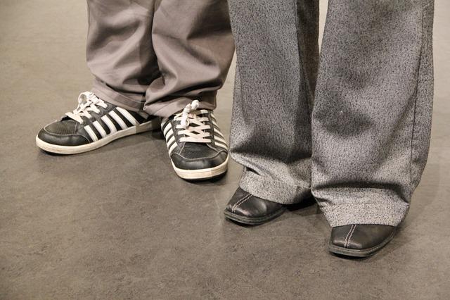 Poszerzane nogawki w szarych spodniach