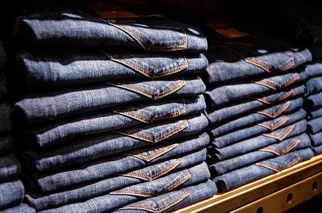 Spodnie dżinsowe poukładane w sklepiej na półce