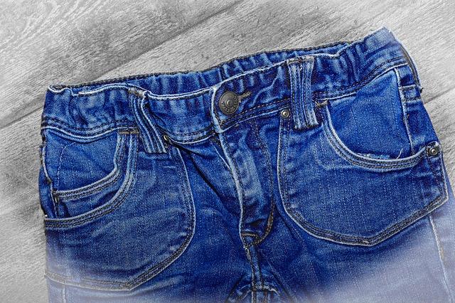 Symetryczne kieszenie w dżinsach
