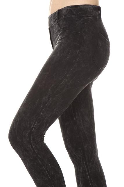 Uda nogi w ciemnych dżinsach