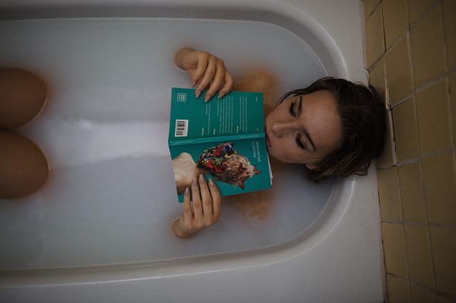 Kobieta kąipąca się w wannie