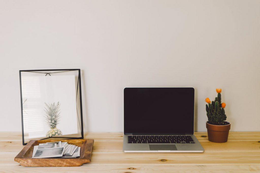 Laptop i dekoracje na biurku